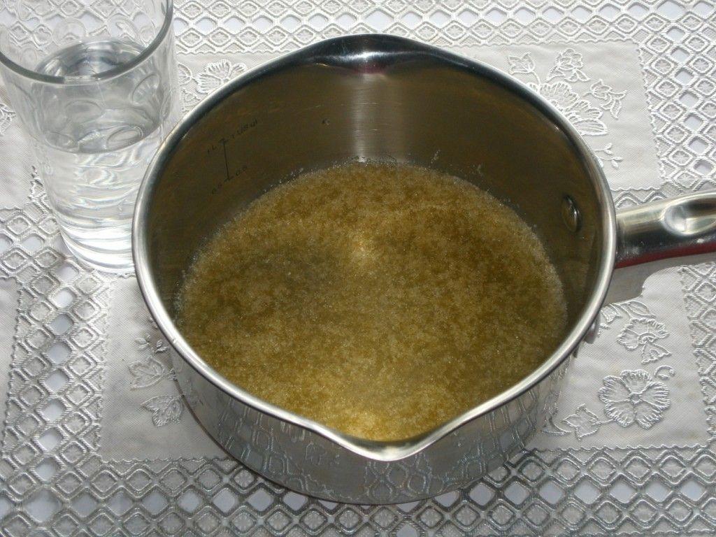 Залейте желатин холодной водой и оставьте минут на 20 набухать