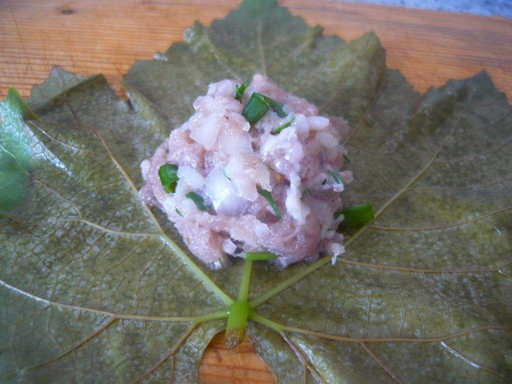 Далее на виноградный лист кладем десертную ложку нашего фарша (начинки)
