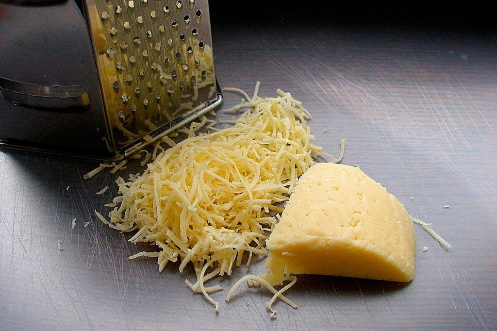Натераем твердый сыр на терку