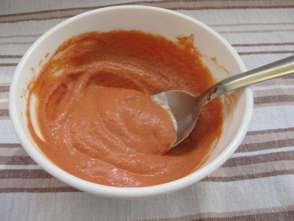 Вливаем молоко в соус и хорошенько рамешиваем до однородного состояния