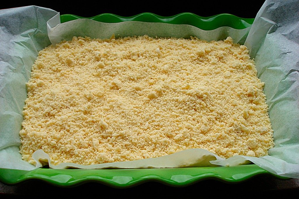 Поверх начинки высыпаем оставшееся тесто, не утрамбовывая