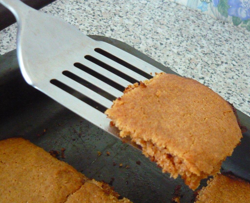 После выпекания в духовке около 15-ти минут - печенье следует достать и аккуратно выложить на тарелку