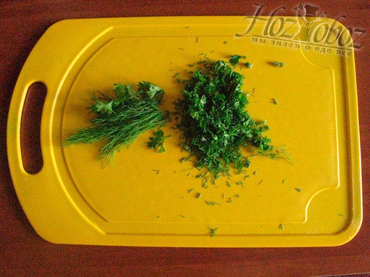 Мелко нарезаем зелень и добавляем с фасолевый суп в качестве последнего штриха