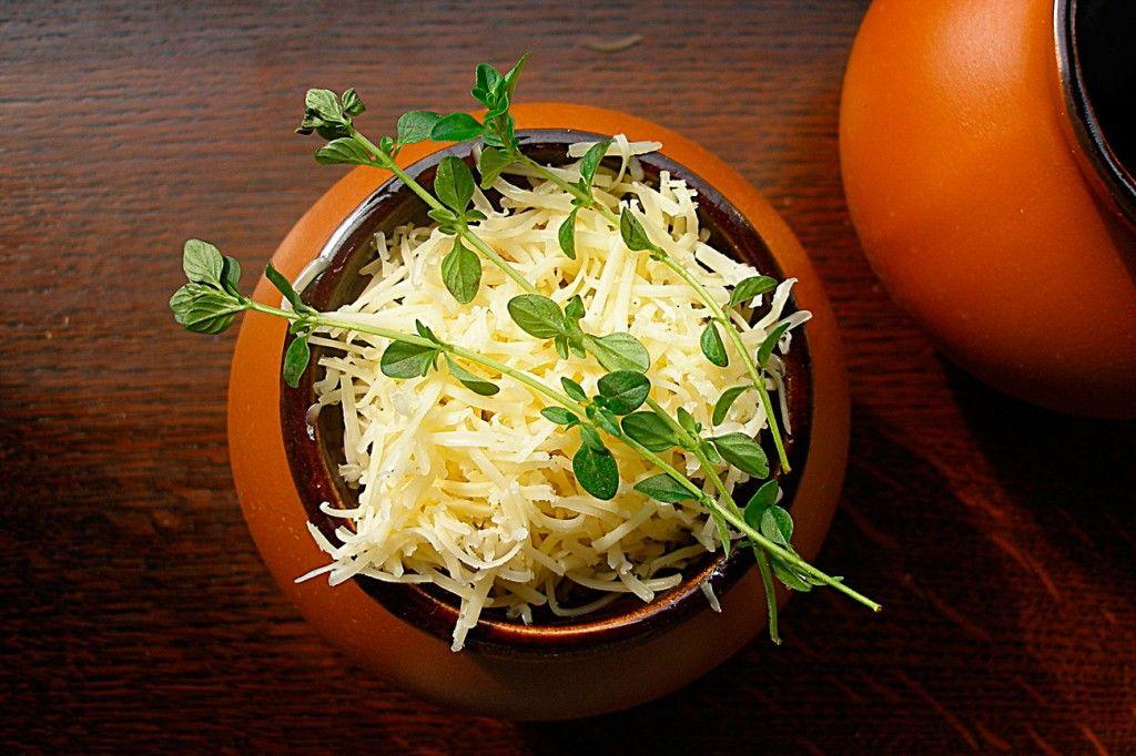 Украшаем суп веточками тимьяна и отправляем в разогретую духовку