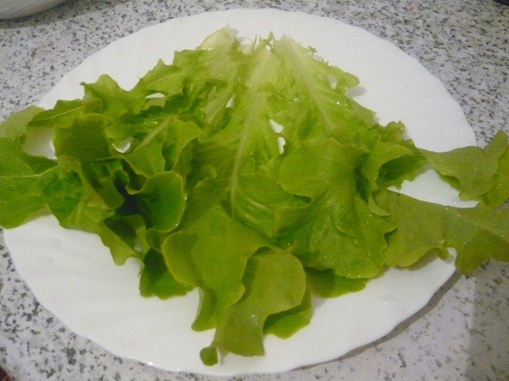 Выкладываем свежие салатные листы на тарелку