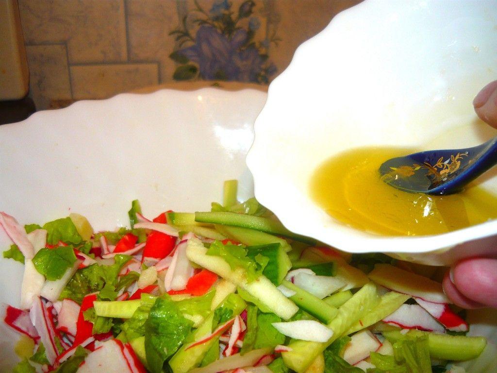 Заправляем соусом нашу овощную нарезку
