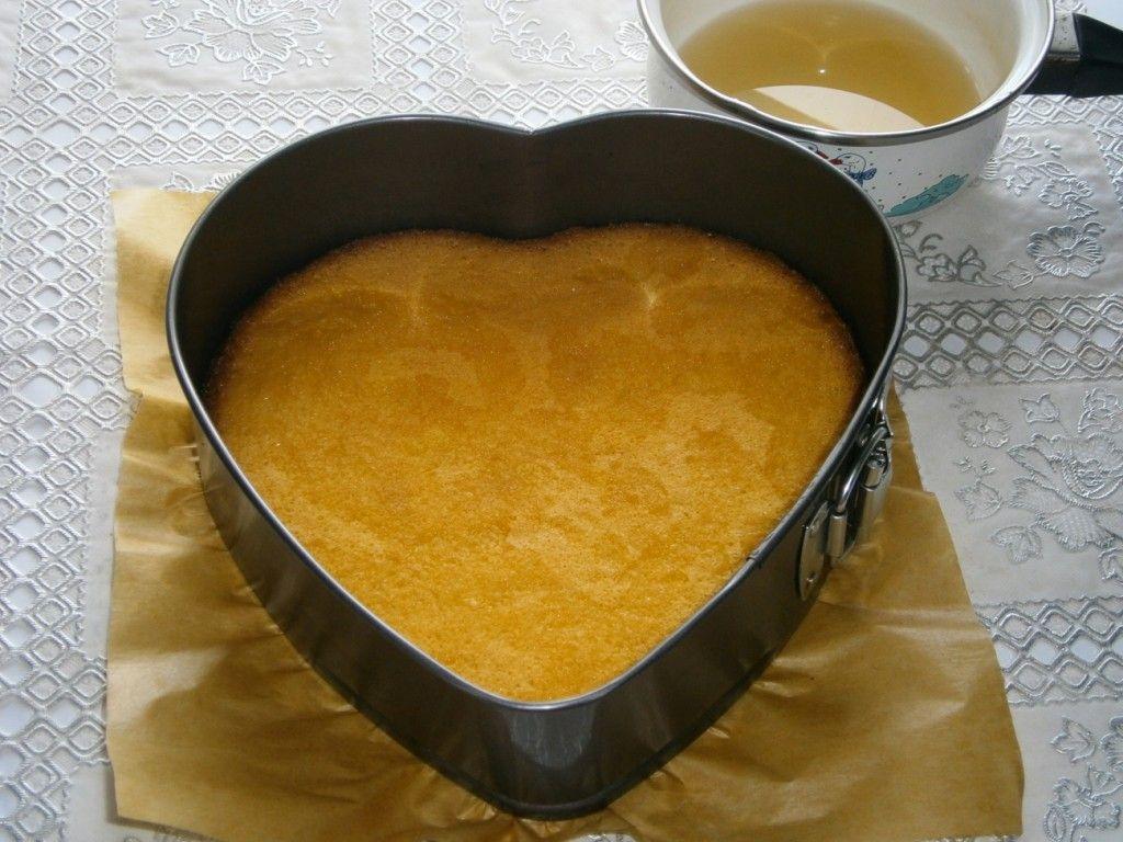 Полейте второй бисквитный корж, который не винымали из формы, пропиткой - ложки 3-4