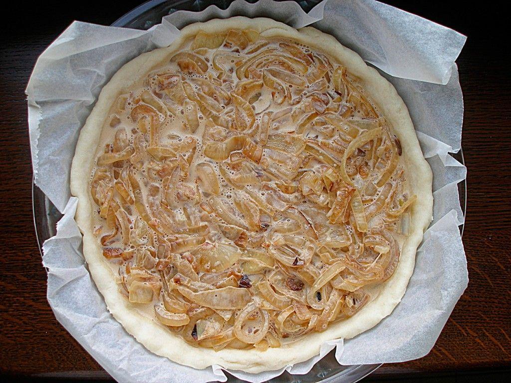 Луково-сливочную начинку для пирога выкладываем в форму для выпечки поверх теста и ставим в духовку