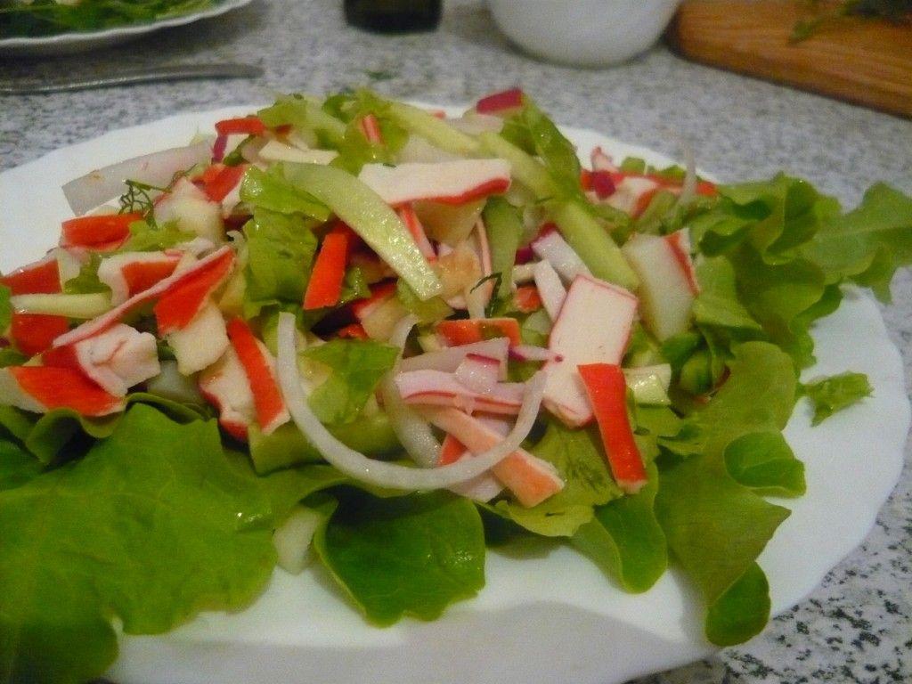 Выкладываем наш крабовый салат на тарелку поверх листьев и сбрызгиваем соевым соусом