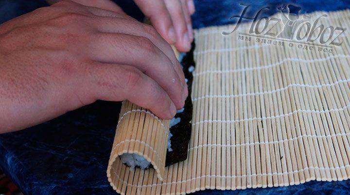 Скручиваем рол с помощью бамбукового коврика