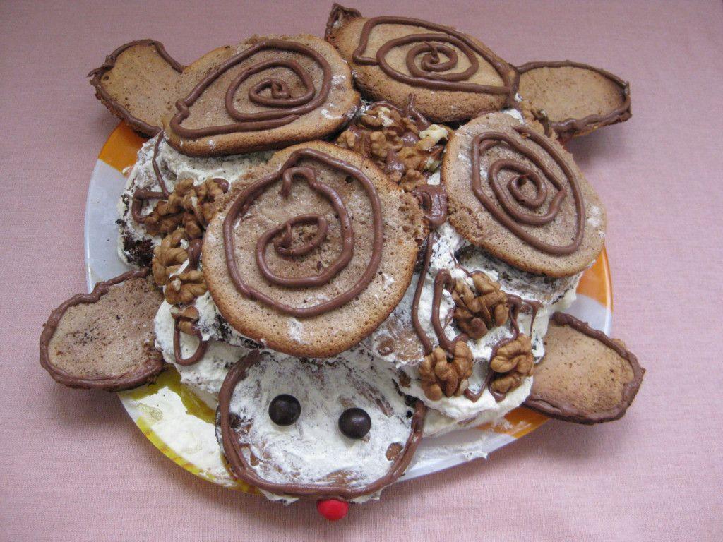 """Следующим этапом разместите грецкие орехи на поверхности торта и сформируйте """"мордочку"""""""