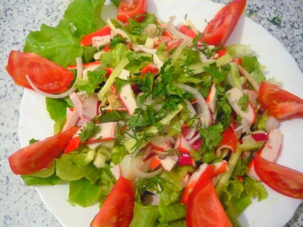 По краям тарелки выкладываем дольки помидоров