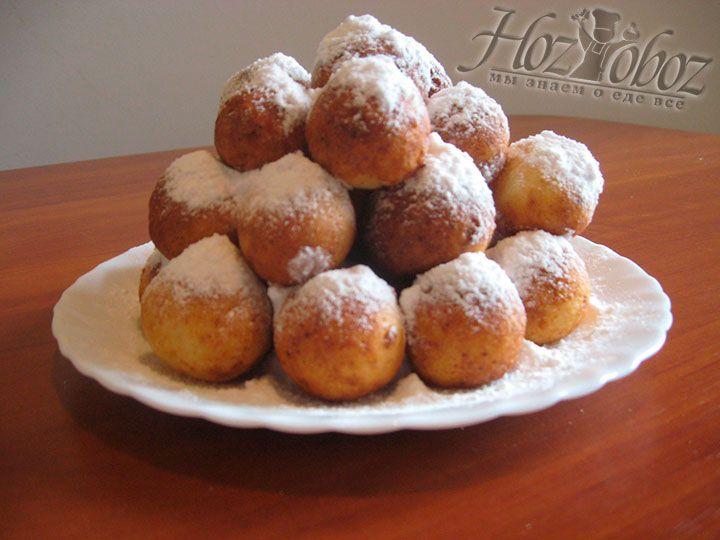 Выкладываем пончики на тарелку и украшаем сахарной пудрой :)