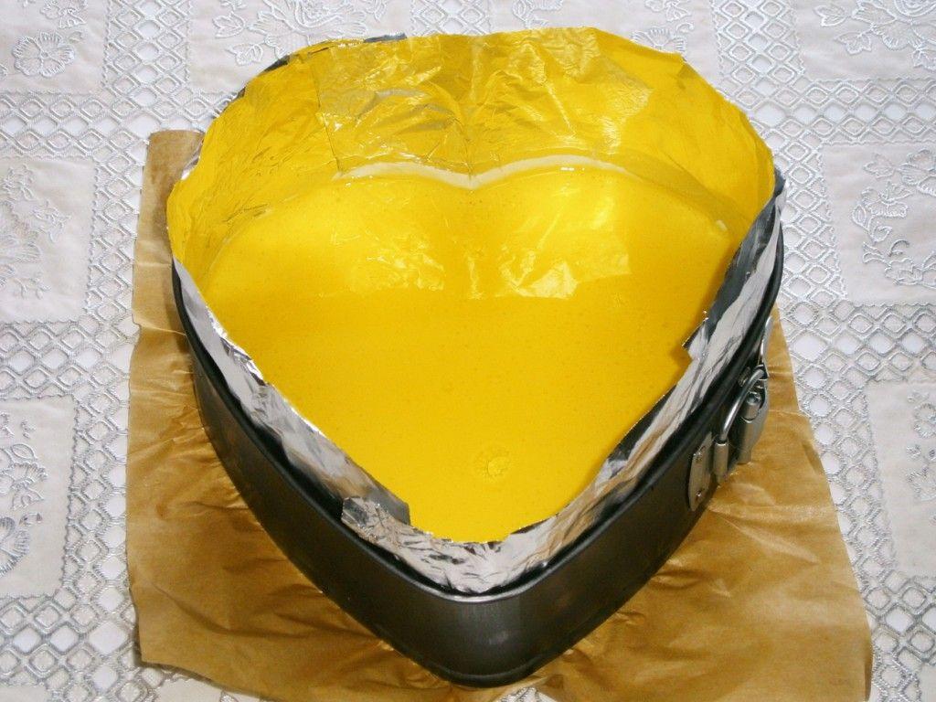 Залейте лимонное желе поверх застывшего сливочного