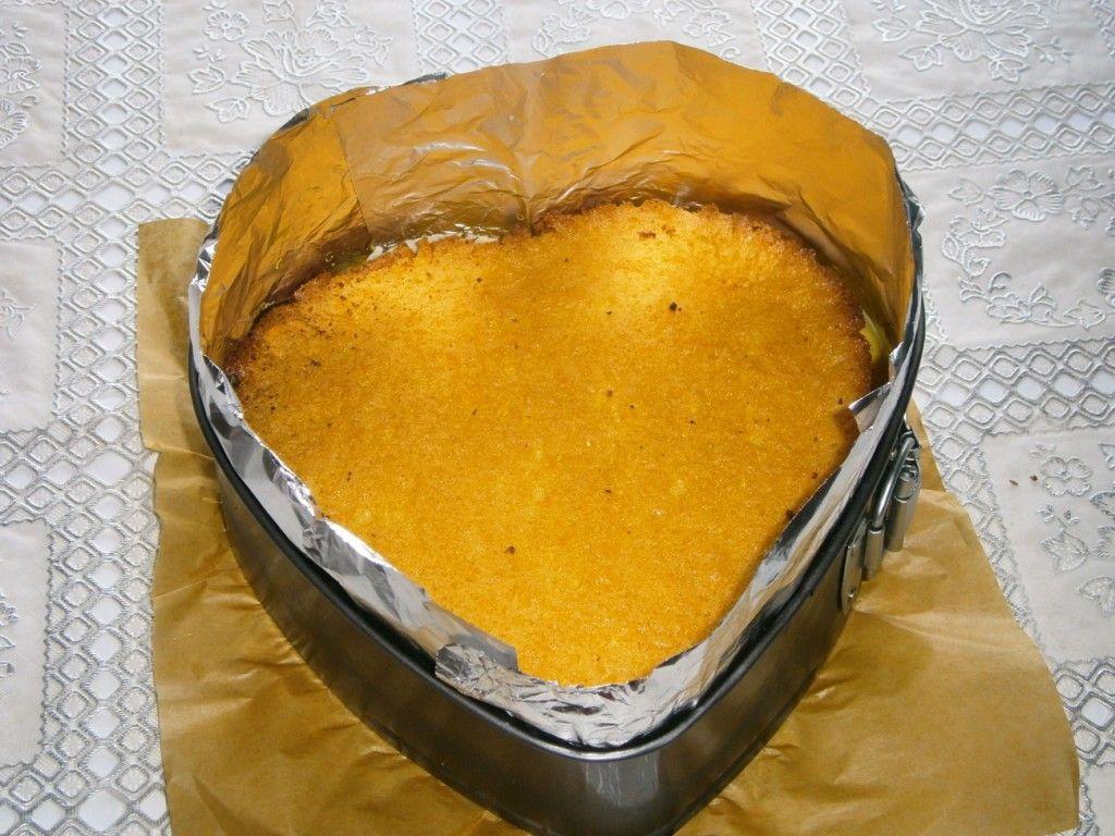 Оставшийся бисквитный слой покладите сверху на лимонное желе