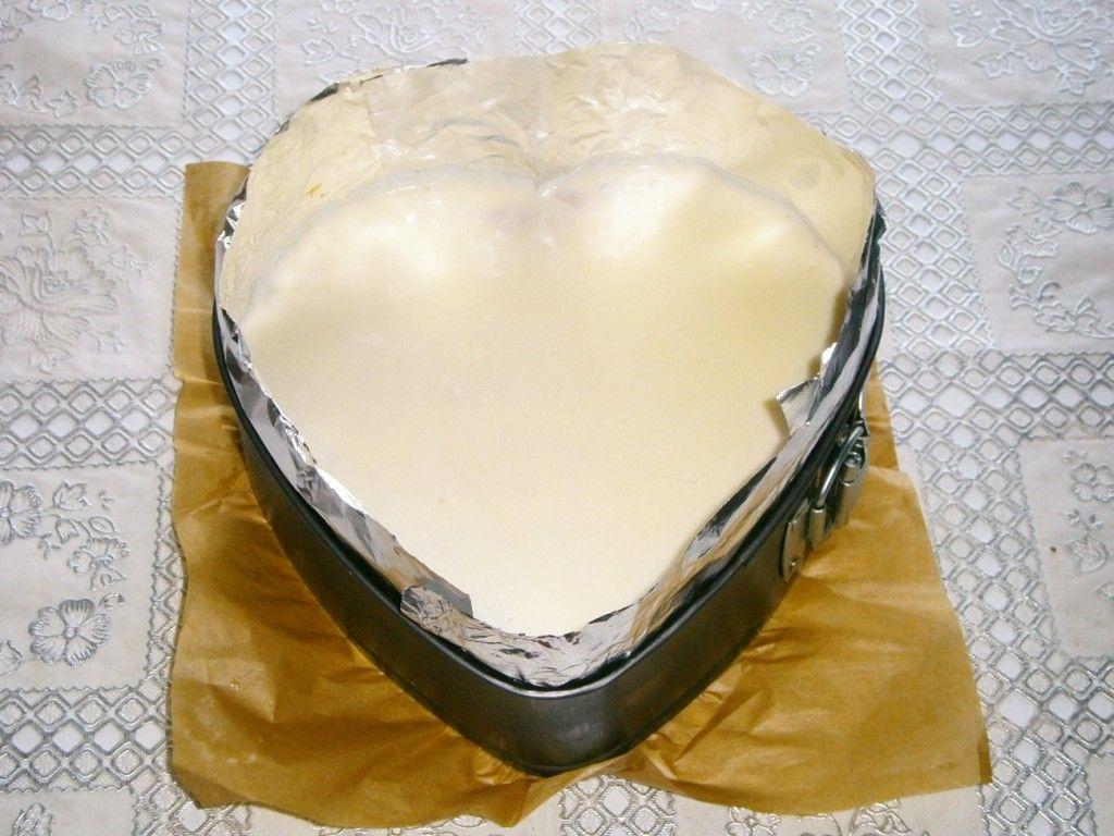 Слегка растопите оставшееся сливочное желе и налейте поверх торта сплошным слоем
