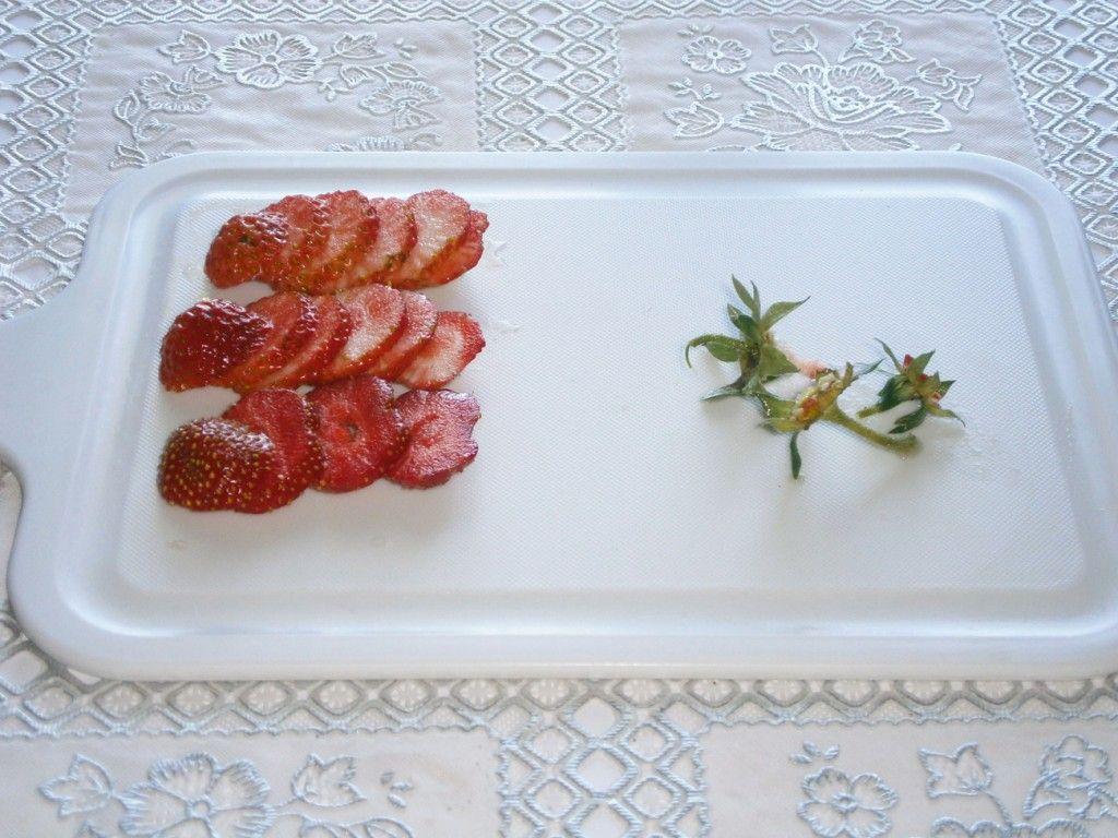 Помойте и нарежьте клубнику