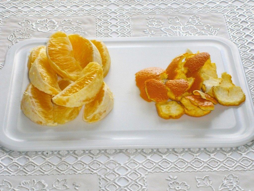 Очистите апельсины и разделите на дольки