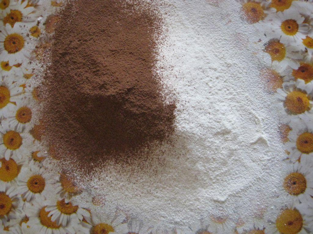 Просейте муку, добавьте какао и разрыхлитель
