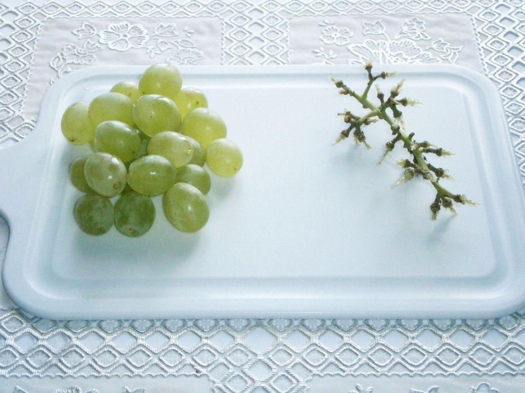 Помойте вноград и снимите с грозди ягоды