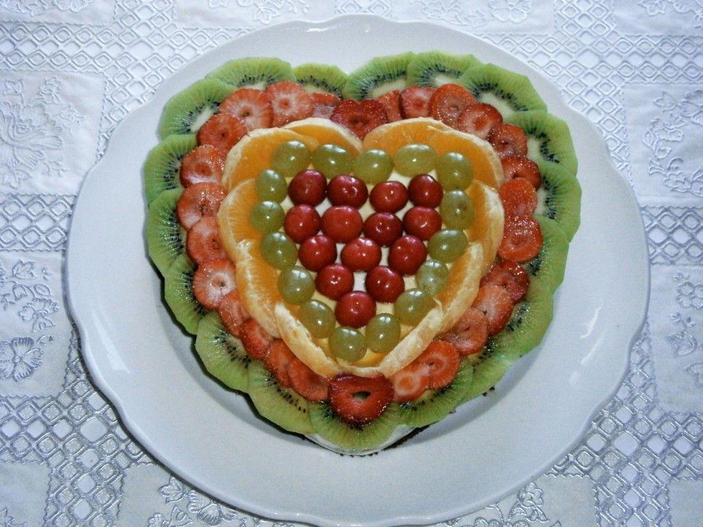 Распределите фрукты по поверхности торта так, как вам нравится
