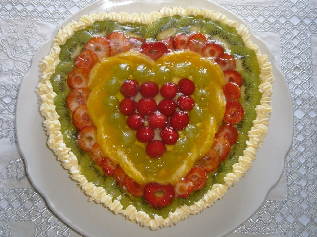 Приготовьте лимонное желе и зайте им желейный торт поверх фруктов