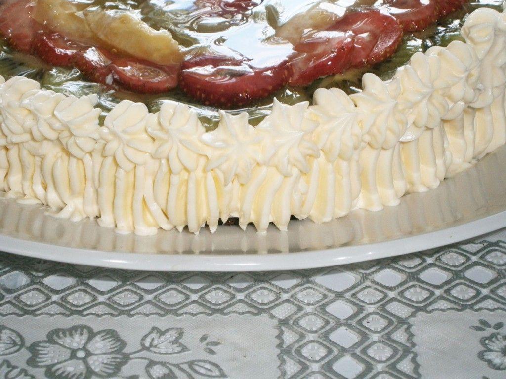 Сформируйте кремовый тортик для желейного торта с помощью кондитерского шприца
