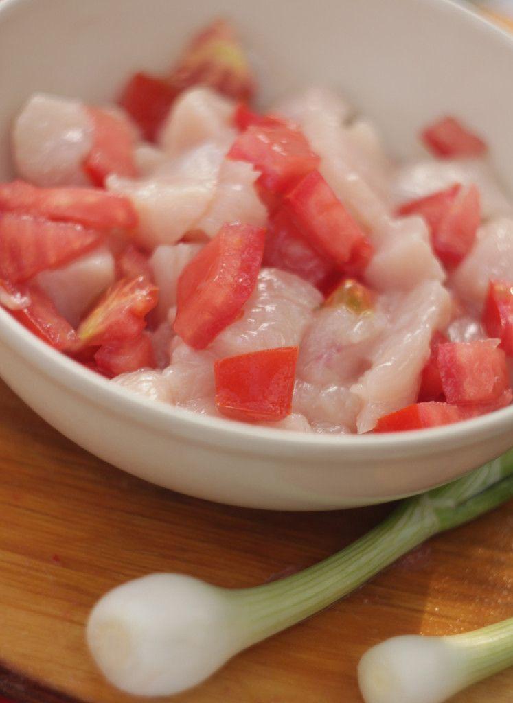 Перемешайте помидоры с филе и поперчите