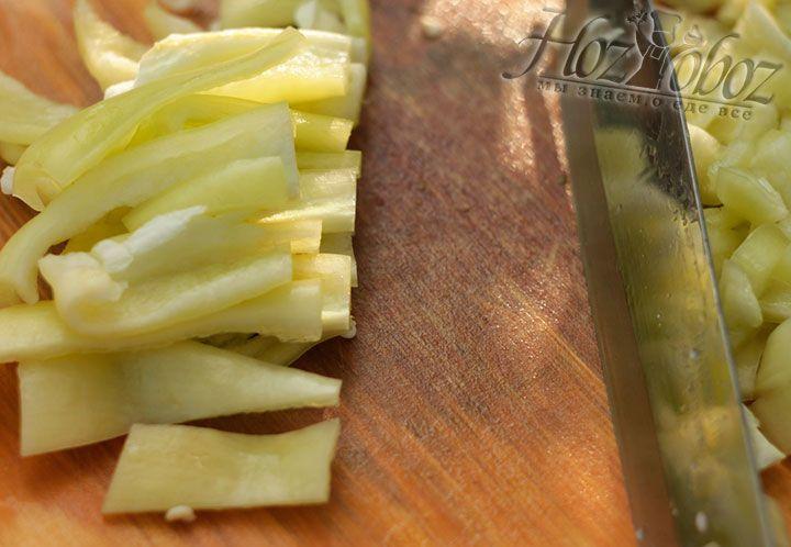 Далее измельчаем болгарский перец