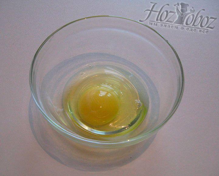 Взбиваем яйцо до пены в отдельной посуде