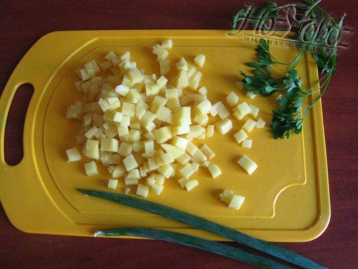 Пока мясо с фасолю варится, очистим и нарежем кубиками картошку