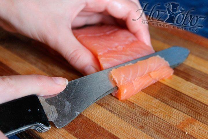 Нарезаем рыбу для суши под углом 45 градусов