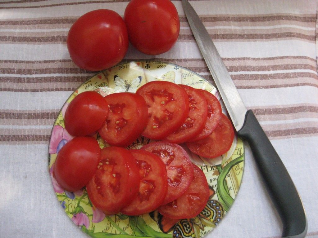 Помойте и нарежьте кружочками помидоры