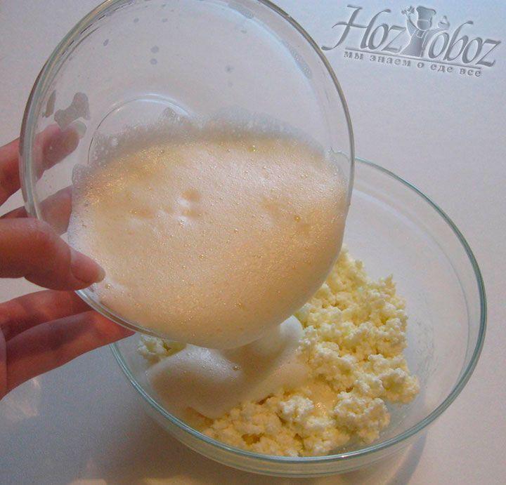 Сешиваем взбитое яйцо с творогом