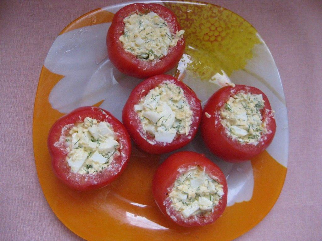 Фаршируем помидоры начинкой и сверху слегка посыпаем тертым сыром