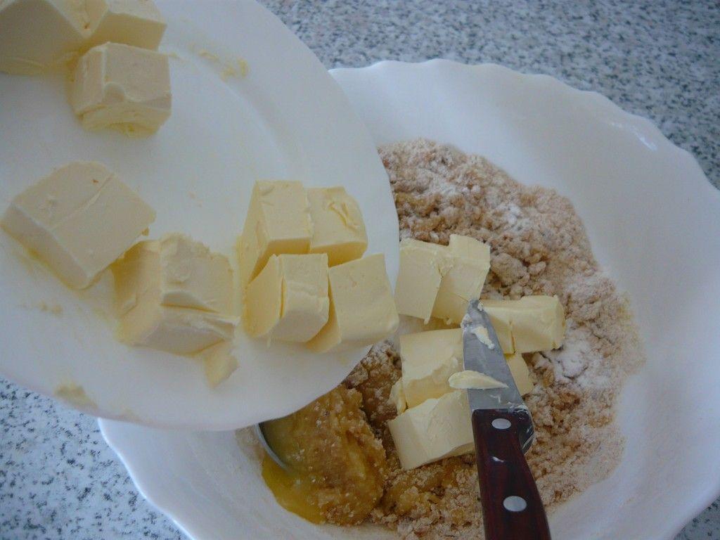 Добавим масло в тесто для печнья