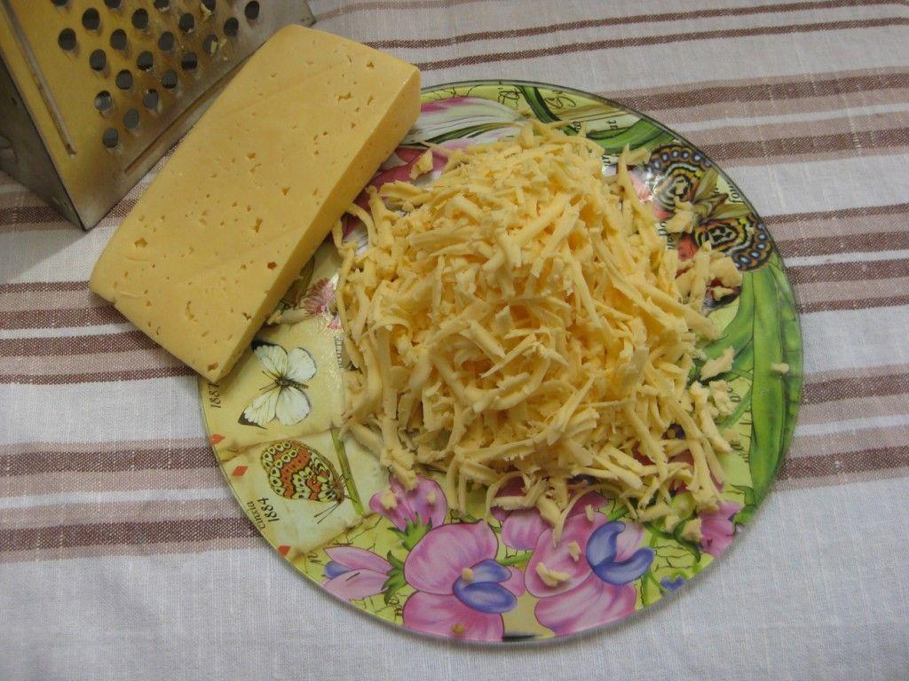 Натераем на крупной терке твердый сыр