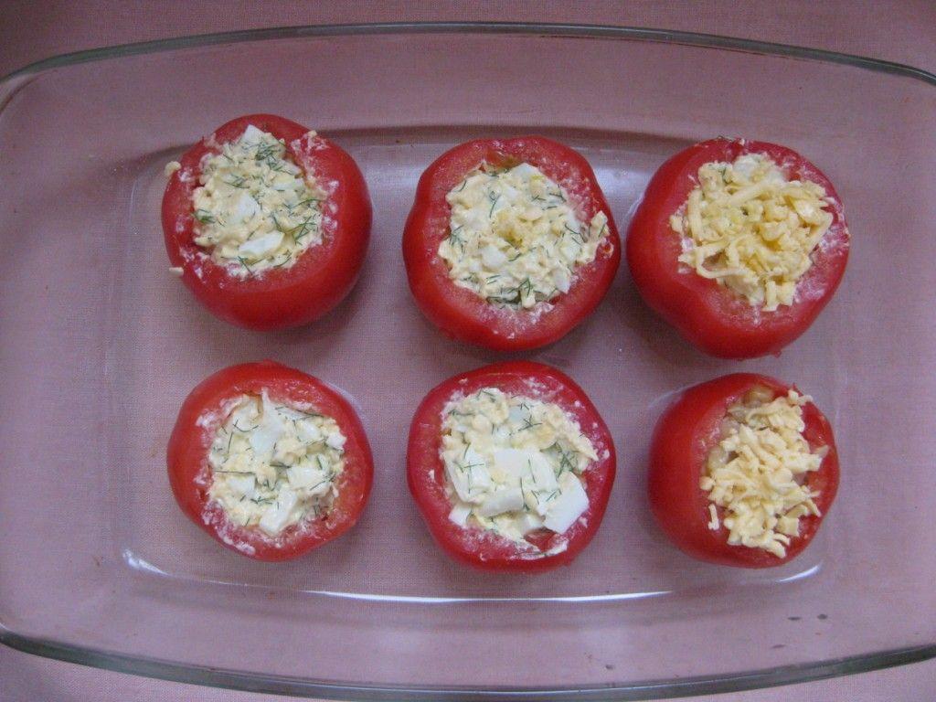 Смажьте маслом форму для выпекания, перекладите на нее помидоры и запекайте в духовке около 15-ти минут