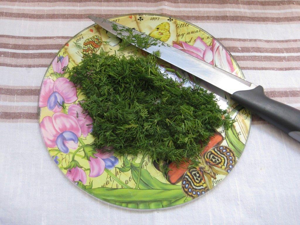 Нарежьте зелень для приготовления запеканки из макарон