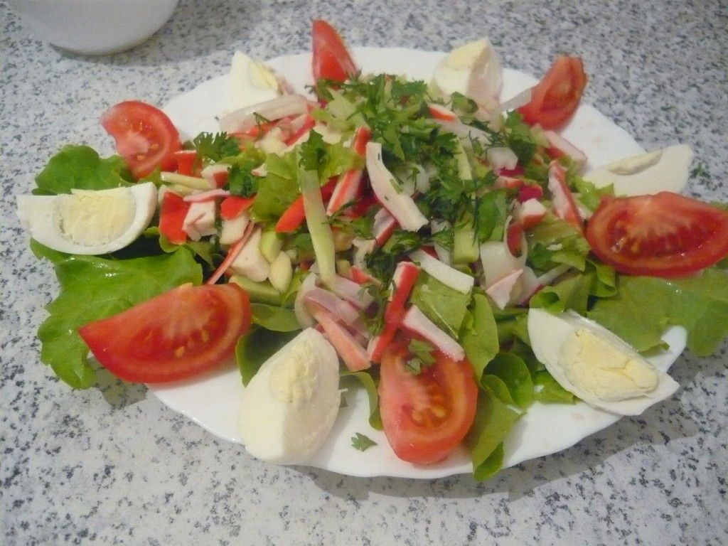 Завершаем сервировку крабового салата раскладыванием яичных долек