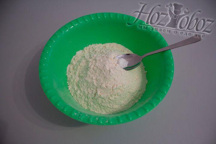 Муку высыпаем в миску и смешиваем с солью