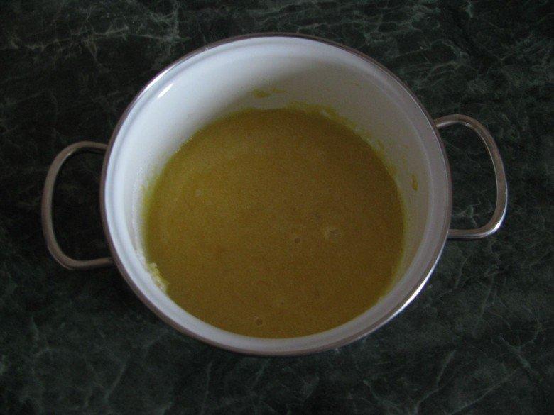 Налейте мед в катрюлю и насыпьте сахар