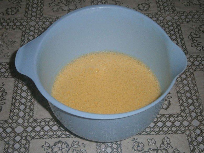 Добавьте сметану во взбитые яйца и еще раз перемешайте