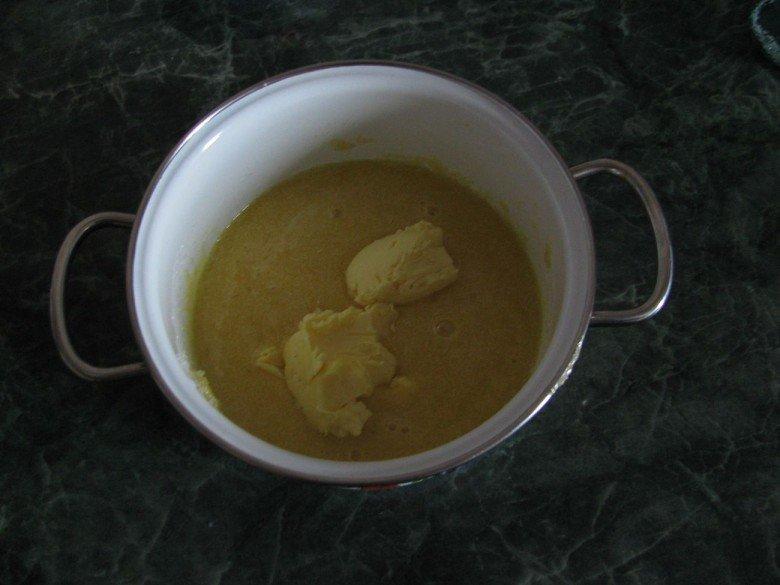 Добавляем сливочное масло с кастрюлю