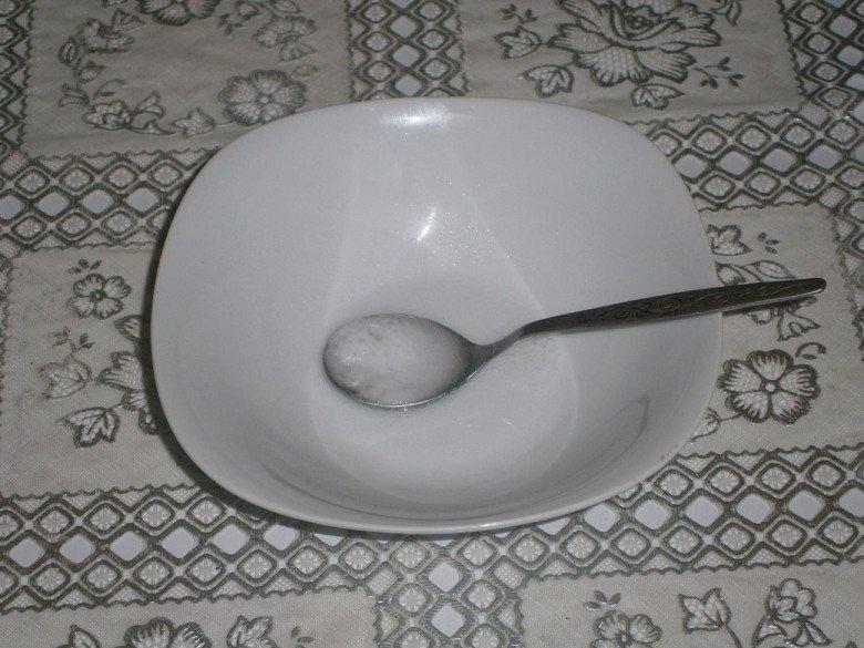 Половину чайной ложки соды погасите уксусом