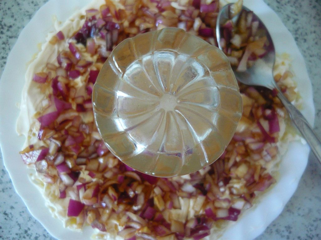 Поверх картофеля выкладываем замаринованный лук