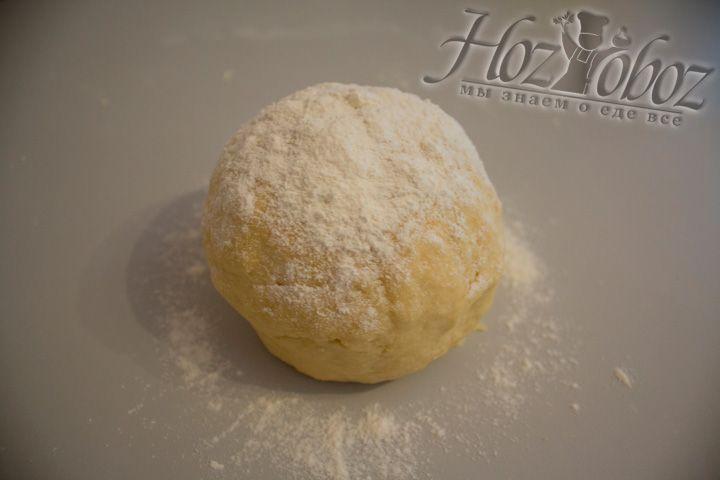Долго месить тесто не нужно, иначе оно получится жёстким
