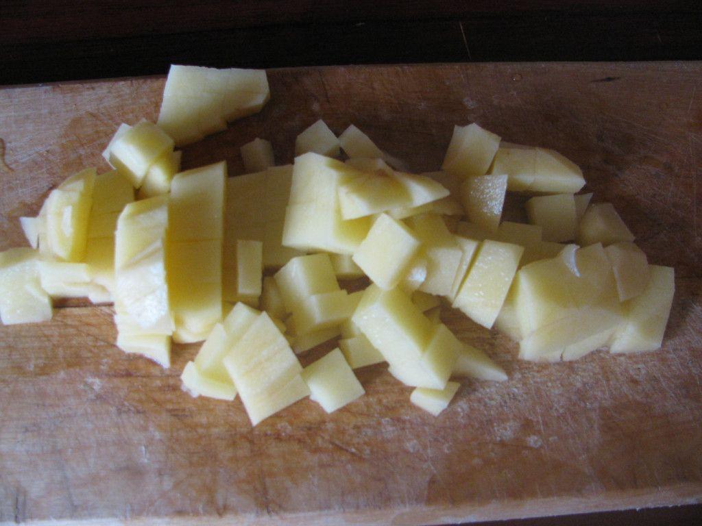 Нарезаем картофель на небольшие кубики