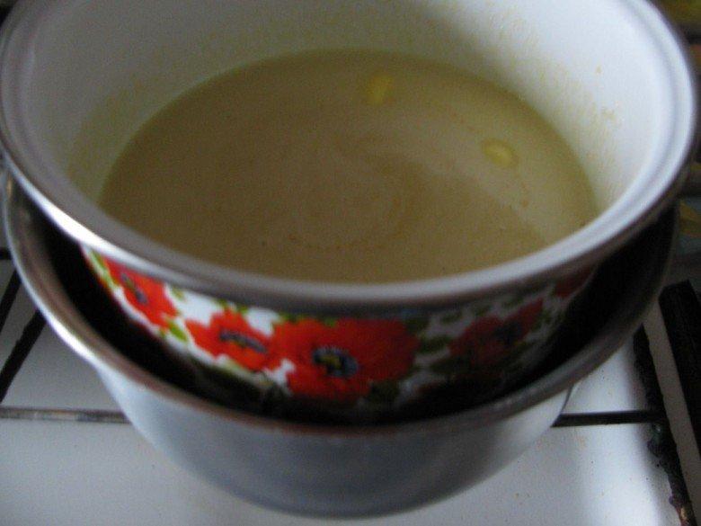 Помещиваем содержимое меньшей кастрюли на водянойбане до полнго растворения