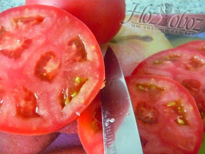 Режем помидоры на тонкие ломтики